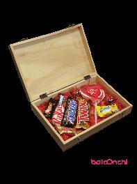 کیج هدیه شکلات های خارجی و آبنبات در جعبه چوبی شیک