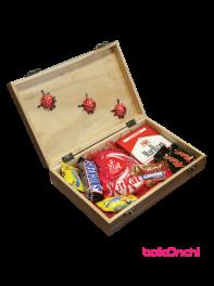 پکیج هدیه شکلات های خارجی و آبنبات در جعبه چوبی شیک 3