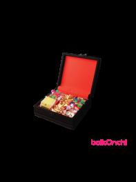 پک هدیه یلدا در جعبه چرمی مربعی پنج ردیفه همراه با سه نوع خوراکی