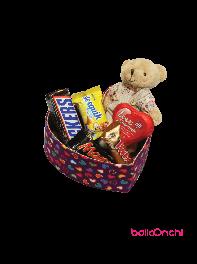 پکیج هدیه خرس و شکلات ها درجعبه قلبی