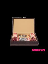 پک هدیه یلدا در جعبه چرمی مستطیلی شش ردیفه همراه با سه نوع خوراکی